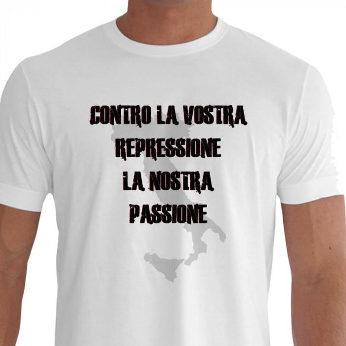 Camiseta - Futebol - Mapa da Itália Frase Contra sua Repressão Nossa Paixão Frente Não ao Futebol Moderno Branca