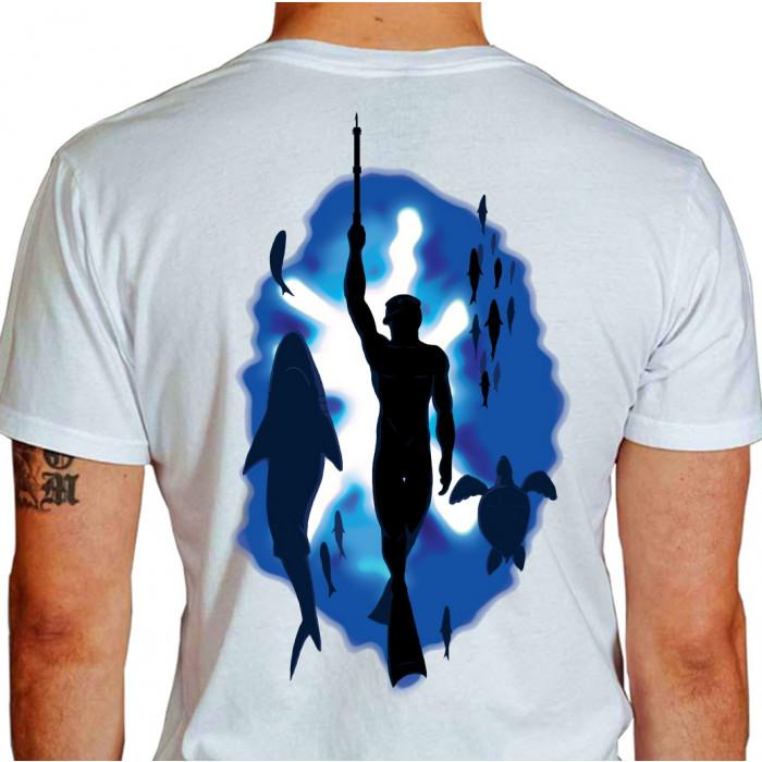 Camiseta - Pesca Submarina - Mergulhador Livre Praticando Caça Sub Tubarão, Tartaruga e Peixe Efeito Água do Mar - branca