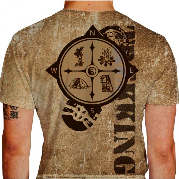 Camiseta - Trekking - Malha Efeito Terra Pegada Bússola Trekkeiro Fogo Barraca e Mochila Costas Bege