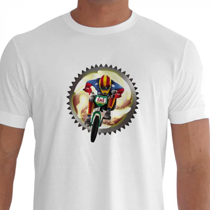 Camiseta - BMX Racing - Piloto Correndo Velocidade e Técnica Ilustração Fundo Catraca Branca