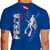 Camiseta - Pesca Submarina - Caçador Peixe e Arpão na Mão Plantas do Mar Bandeira Mergulhador Submerso - azul