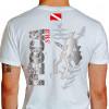 Camiseta - Pesca Submarina - Caçador Peixe e Arpão na Mão Plantas do Mar Bandeira Mergulhador Submerso - branca